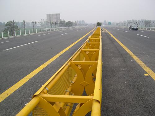 高速公路活动护栏