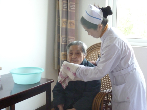 医护人员正在为大妈擦脸