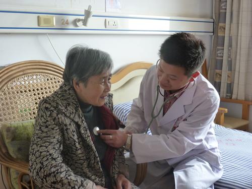 医师正在为老人体检
