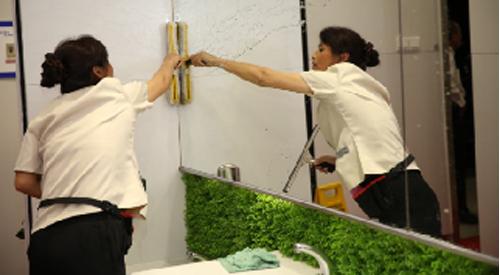 面对雷雨天气 上海申苏集团保洁人员应对措施