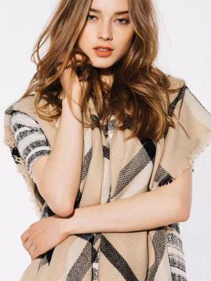 Magarita演绎秋冬款围巾披肩