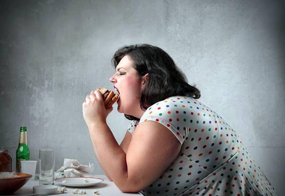 研究:吃得晚不止会发胖 还会增加患病风险