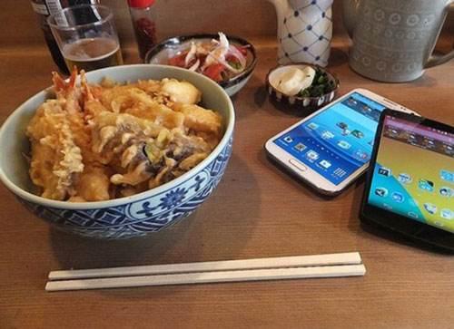 你就等着变胖吧! 研究显示吃饭刷手机容易多吃