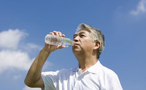 老年人喝水,这几点要格外注意