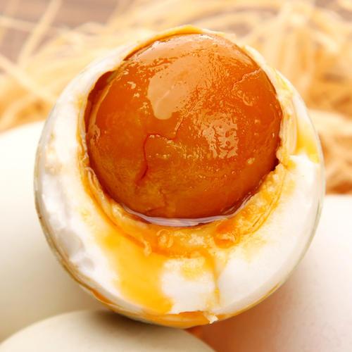 """咸鸭蛋黄会""""流油"""",油到底从何而来?"""